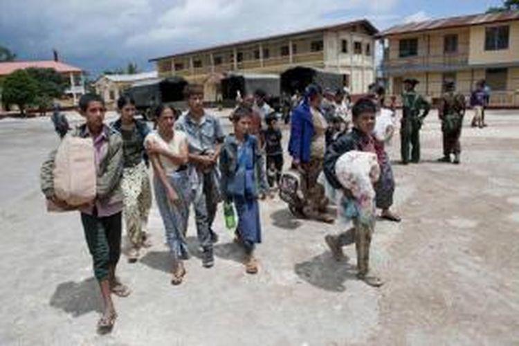Keluarga muslim tiba di penampungan sementara di sebuah biara di Lashio di negara bagian Shan, Myanmar, 30 Mei 2013. Pasukan keamanan berpatroli setelah kerusuhan agama meletus yang menewaskan satu orang dan beberapa terluka.