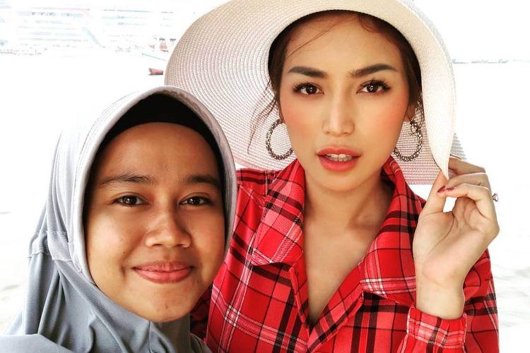 Artis Jessica Iskandar bersama asisten pribadinya, Selly Lestaluhu.