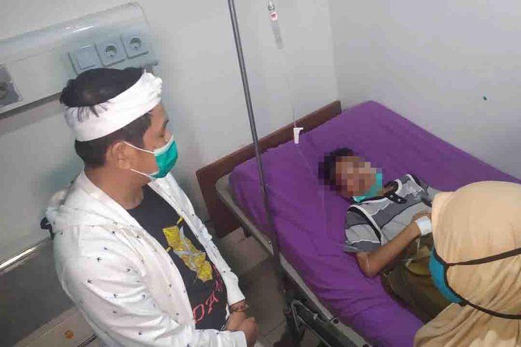 Anggota DPR RI Dedi Mulyadi saat menjenguk bocah yatim yang dianiaya warga karena dituding hendak mencuri, Jumat (19/2/2021)
