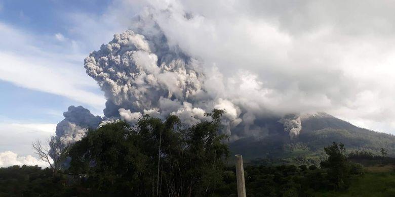 Gunung Sinabung menyemburkan material vulkanik saat erupsi, di Karo, Sumatera Utara, Minggu (9/6/2019). Gunung Sinabung berstatus Siaga (Level lll) kembali mengalami erupsi dengan tinggi kolom abu mencapai 7.000 meter.