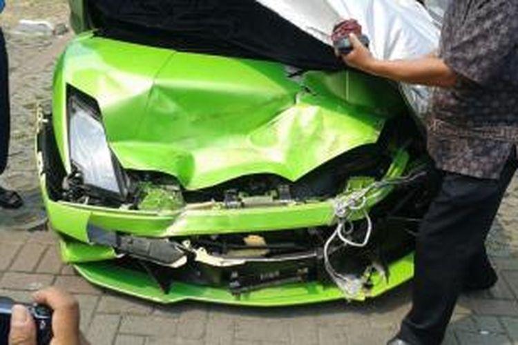 Mobil Lamborghini milik Hotman Paris Hutapea ringsek setelah kecelakaan, Minggu (5/10/2014)