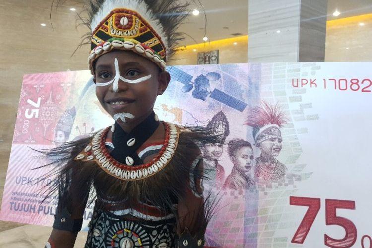 Agustinus Rumere (9 tahun), salah satu dari sembilan anak yang wajahnya ditampilkan pada bagian belakang uang Rp 75.000, Jayapura, Papua, Selasa (25/8/2020)
