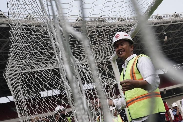 Menpora Imam Nahrawi mengecek jaring gawang ketika meninjau proses renovasi Stadion Utama Gelora Bung Karno, Senayan, Jakarta, Selasa (8/8). Berdasarkan data Kementerian PUPR renovasi Stadion Utama Gelora Bung Karno yang dipersiapkan untuk Asian Games 2018 tersebut telah mencapai 82 persen. ANTARA FOTO/Wahyu Putro A/aww/17.