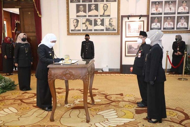 Gubernur Jatim Khofifah Indar Parawansa melantik 16 pejabat Pemprov Jatim hasil lelang jabatan di Gedung Negara Grahadi Surabaya, Rabu (15/9/2021).