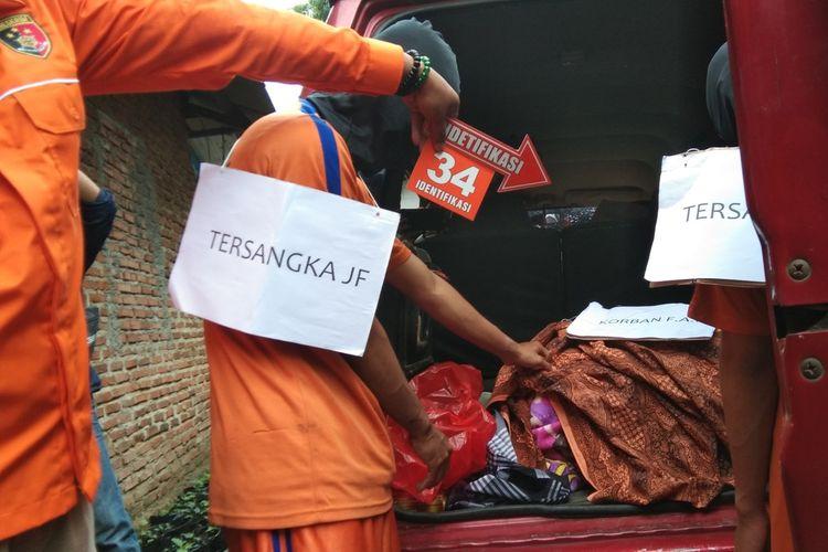 Reka ulang adegan kasus pembunuhan mahasiswa Universitas Telkom, Fathan Ardian Nurmiftah di kontrakan Kampung Cilalung, Desa Mekarjaya, Kecamatan Purwasari, Karawang, Selasa (19/1/2021).
