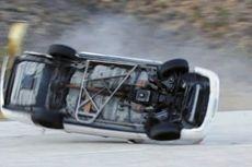 Mobil Terguling di Tol JORR akibat Pecah Ban, 1 Orang Luka Ringan