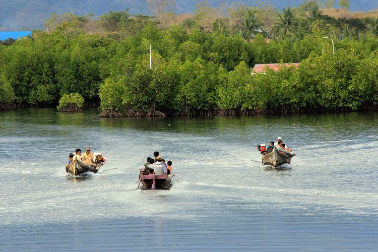 Para ojek laut melintasi kawasan bakau untuk mengantar warga Torosiaje yang ingin ke darat atau sebaliknya.