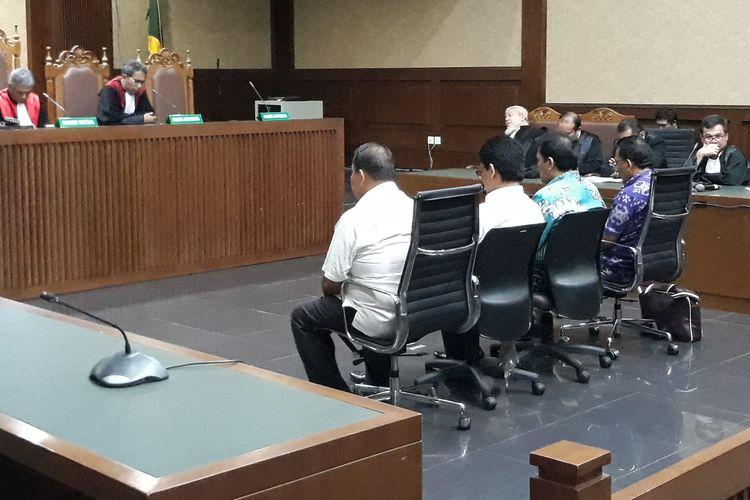 Empat anggota DPRD Sumatera Utara, Arifin Nainggolan, Mustofawiyah, Sopa Siburian dan Analisman Zalukhu duduk di kursi terdakwa di Pengadilan Tipikor Jakarta, Rabu (20/3/2019).