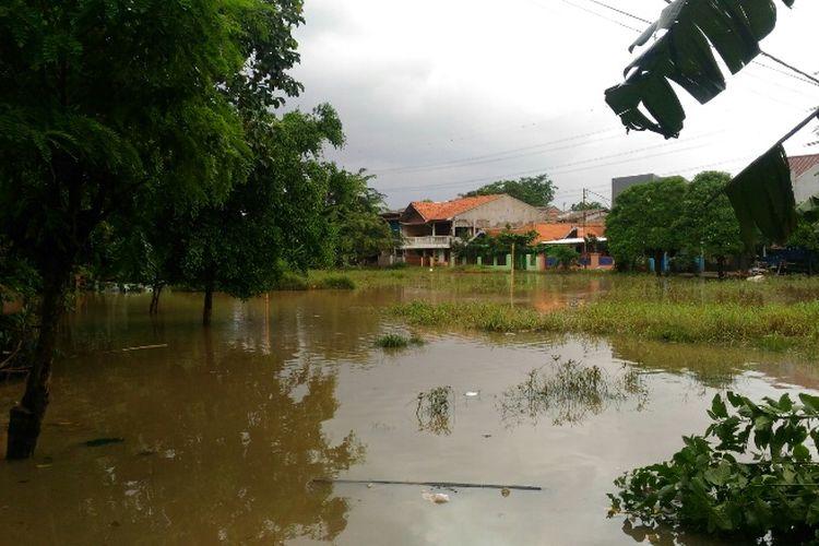 Banjir menggenangi kawasan RT 004 RW 007 Kelurahan Cipinang Melayu, Makasar, Jakarta Timur, Senin (5/2/2017).