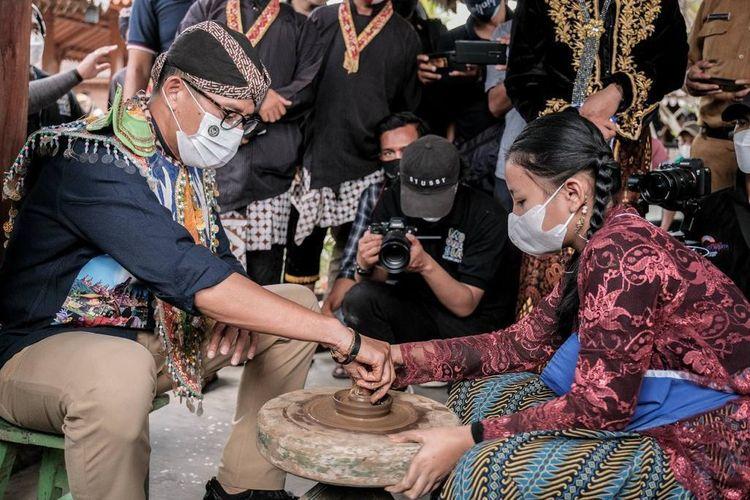 Menteri Pariwisata dan Ekonomi Kreatif Sandiaga Uno saat mengunjungi Desa Wisata Karanganyar di Kabupaten Magelang, Jawa Tengah.