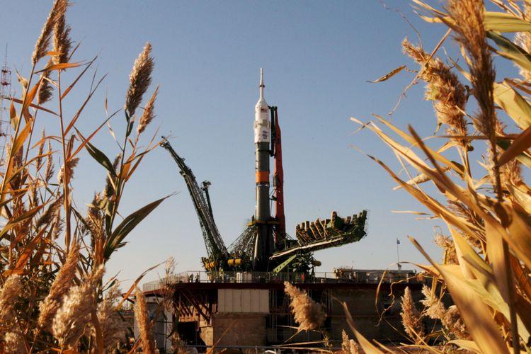 Roket pendorong Soyuz TMA-11, Senin (8/10), di pusat peluncuran ruang angkasa Rusia di Baikonur, Kazakhstan, siap membawa wahana ruang angkasa ke Stasiun Ruang Angkasa Internasional. Soyuz akan meluncur Rabu besok membawa kosmonaut Yury Malenchenko (Rusia), Peggy Whitson (AS), dan Sheikh Muszaphar Shukor (Malaysia).