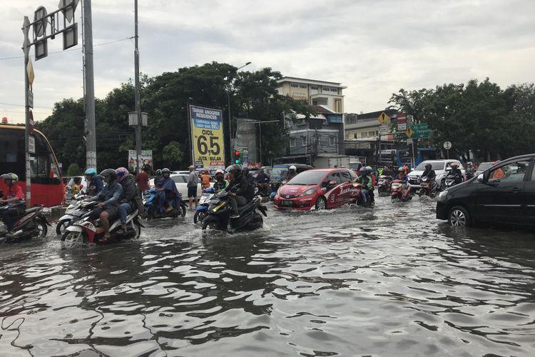 Situasi perempatan Jalan Panjang depan Komplek Green Garden, Kedoya Utara, Jakarta Barat, Selasa (5/3/2019).