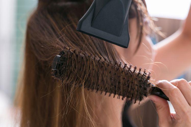 Ilustrasi mengeringkan rambut