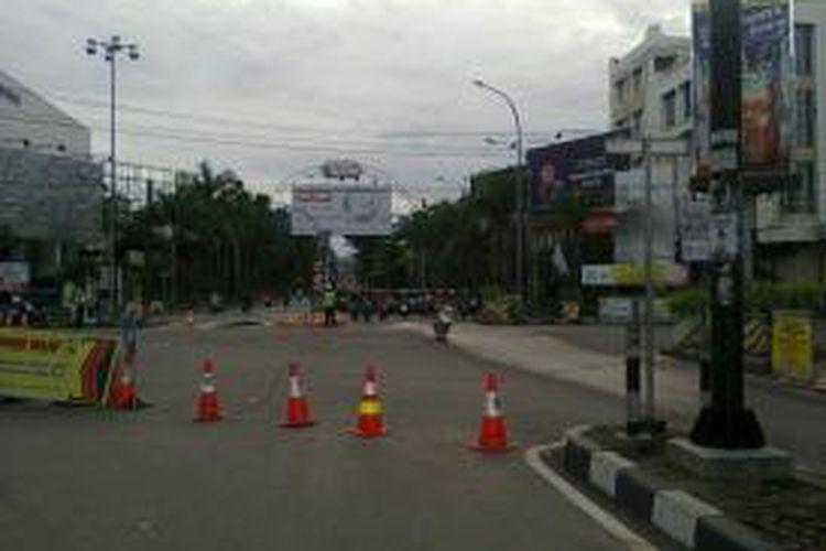 Jembatan Kapuas di Pontianak, Kalimantan Barat, masih ditutup untuk dilalui mobil dan kendaraan berukuran lebih besar, menyusul tertabraknya tiang jembatan oleh kapal tongkang pada Jumat (30/8/2013) malam. Pengguna jalan dialihkan ke Jembatan Kapuas II, meski harus memutar 16 kilometer, atau menumpang kapal penyeberangan.