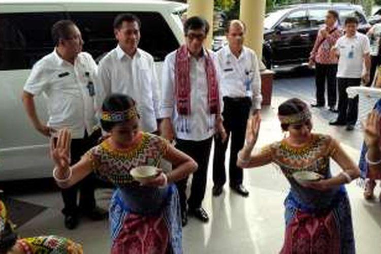 Menteri Hukum dan HAM, Yasonna H Laoly disambut dengan tarian Dayak saat tiba di Kakanwil Kemenkumham, Jumat (4/3/2016)