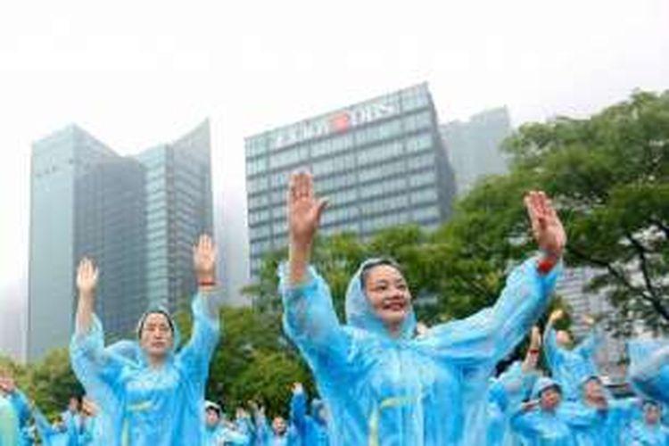 Pihak Guinness World Records menyebut, lebih dari 31.000 warga China berpartisipasi dalam joget massal di enam lokasi itu.