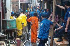 Gotong Royong Membersihkan Lumpur Sisa Banjir di Kampung Pulo