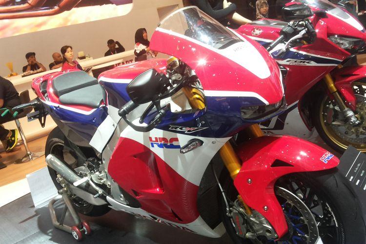 RC213V versi produksi massal yang dipajang di stan Honda pada hari ketiga pameran Indonesia International Motor Show (IIMS) 2018, JIExpo Kemayoran, Jakarta, Sabtu (21/4/2018).