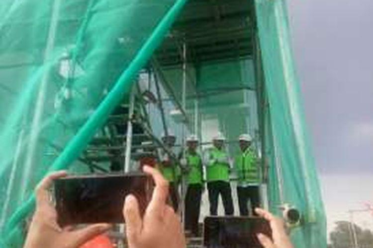 Menteri Perhubungan Budi Karya Sumadi meninjau proyek LRT Cibubur-Cawang-Dukuh Atas, pada Minggu (8/1/2017). Progress pembangunan proyek mencapai 12 persen.