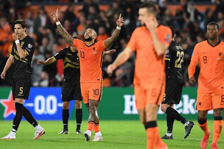 Penyerang timnas Belanda Memphis Depay (tengah) merayakan gol yang dicetaknya ke gawang Gibraltar pada laga lanjutan Grup G Kualifikasi Piala Dunia 2022 Zona Eropa di Stadion Feyenoord, Selasa (12/10/2021) dini hari WIB.