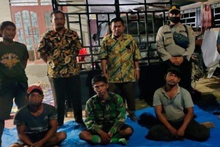 Empat dari lima pencari getah berada di rumah perangkat MDSK setelah sempat terjebak di pohon selama tiga jam akibat kemunculan harimau di hutan Tenggulun, Aceh Tamiang, Kamis (18/6/2020) malam. (Dok Polsek)