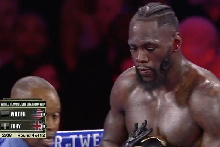 Kuping Deontay Wilder mengeluarkan darah pada ronde ketujuh duel kontra Tyson Fury di MGM Grand, LAs Vegas, pada Minggu (23/2/2020) pagi WIB.