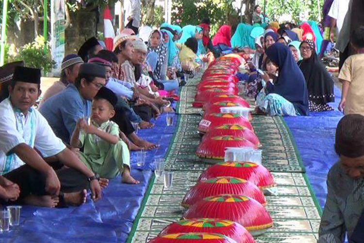 Warga di Kelurahan Jerambah Gantung Pangkal Pinang, Kepulauan Bangka Belitung, saat tradisi nganggung menyambut tahun baru Islam.