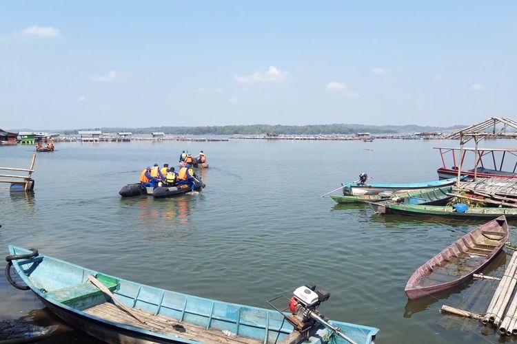 Tim relawan melakukan pencarian korban perahu terbalik yang belum ditemukan di Waduk Kedung Ombo Dukuh Bulu, Desa Wonoharjo, Kecamatan Kemusu, Kabupaten Boyolali, Jawa Tengah, Minggu (16/5/2021).