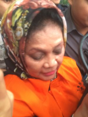 Anggota DPRD Kota Sumatera Utara periode 2009-2014 Muslim Simbolon dan Helmiati resmi ditahan KPK, Senin (9/7/2018).