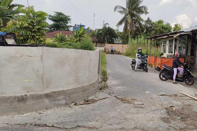 Dua orang pengendara sepeda motor terpaksa putar balik karena jalan ditutup dengan tembok batu bata 2,5 meter, di Kelurahan Penghentian Marpoyan, Kecamatan Marpoyan Damai, Kota Pekanbaru, Riau, Kamis (15/4/2021).