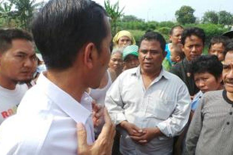 Gubernur DKI Jakarta Joko Widodo berbincang dengan beberapa warga yang bermukim disekitar Waduk Ria Rio, Pulogadung, Jakarta Timur, Kamis (3/10/213).