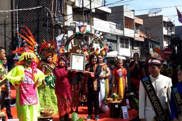 Wali Kota Surabaya Tri Rismaharini menerima penghargaan berupa rekor MURI setelah dalam Festival Rujak Uleg 2019 mampu membuat cobek raksasa dan menghadirkan ribuan peserta pada Minggu (17/3/2019).