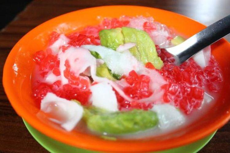 Es sekoteng yang berada di Bogor, berisikan bubur pacar cina, alpukat, kelapa muda, susu kental manis, dan es serut. Es ini sangat menyegarkan di siang hari!