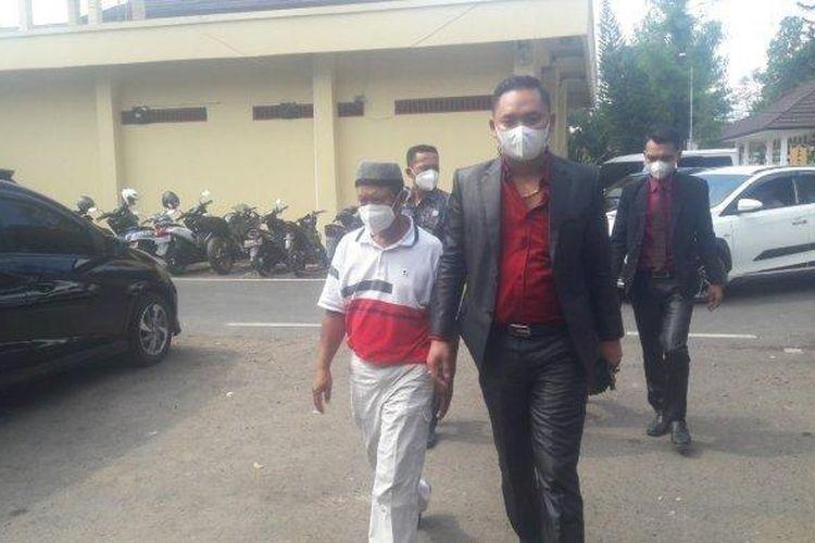 Yosef (55) memakai kaus putih merah dan menggunakan peci saat akan memasuki ruangan Satreskrim Polres Subang, Senin (13/9/2021).