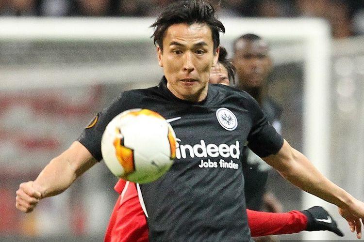 Pemain bertahan Eintracht Frankfurt, Makoto Hasebe, beraksi bagi timnya pada laga kontra RB Salzburg di babak 32 besar Liga Europa, 20 Februari 2020.