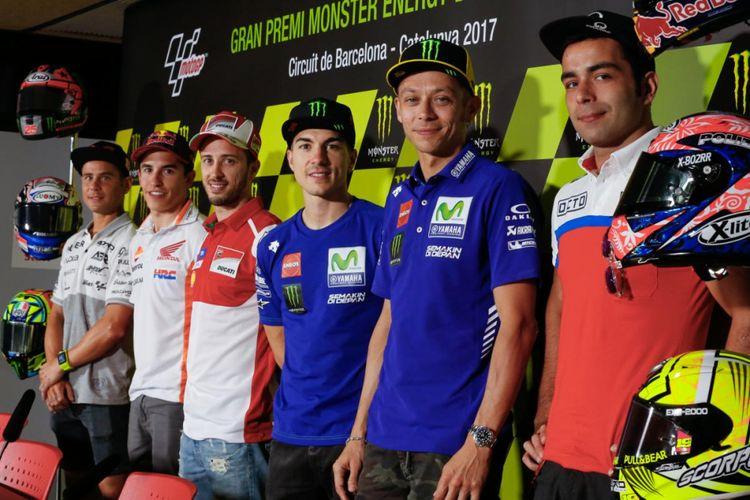 Para pebalap MotoGP (kiri-kanan), Alvaro Bautista (Aspar Racing), Marc Marquez (Repsol Honda Team), Andrea Dovizioso (Ducati Team), Maverick Vinales, Valentino Rossi (Movistar Yamaha MotoGP), dan Danilo Petrucci (Octo Pramac Racing), berpose setelah menjalani konferensi pers jelang GP Catalunya di Circuit de Barcelona-Catalunya, Kamis (8/6/2017).