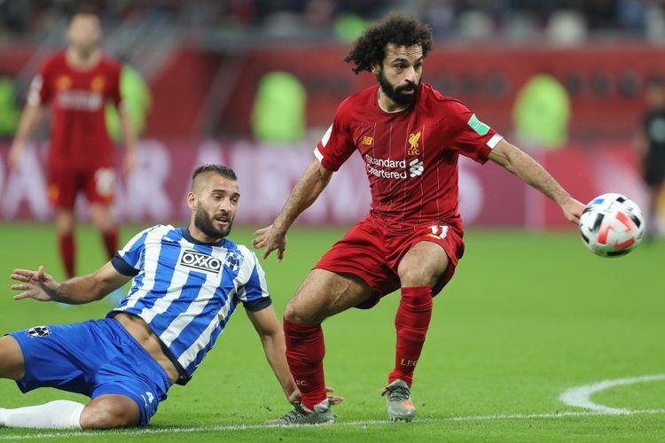Penyerang Liverpool, Mohamed Salah, berjibaku dengan bek Monterrey, Nicolas Sanchez, pada partai semifinal Piala Dunia Antar Klub 2019 di Stadion Internasional Khalifa, Doha, Qatar, Rabu (18/12/2019) atau Kamis dini hari WIB.