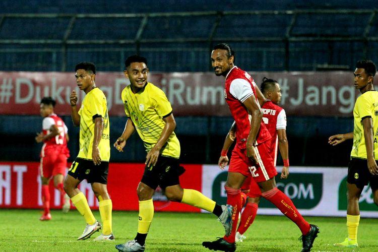 Pemain Persija Jakarta, Rohit Chand (kanan) bercanda dengan pemain Barito Putera, Abrizal Ummanailo (kiri) saat laga babam 8 besar Piala Menpora 2021 yang berakhir dengan skor 1-0 di Stadion Kanjuruhan Kabupaten Malang, Jawa Timur, Sabtu (10/4/2021) malam.