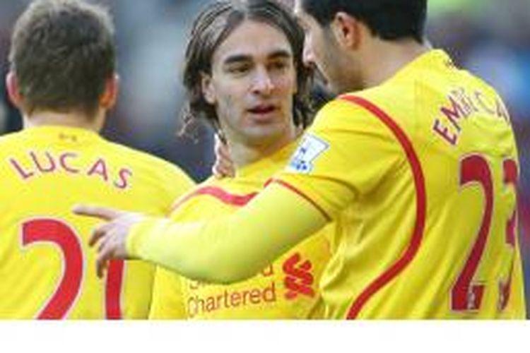 Gelandang Liverpool asal Serbia, Lazar Markovic (tengah), mendapat sambutan dari rekannya, Emre Can (kanan), usai mencetak gol ke gawang Sunderland dalam lanjutan Premier League di The Stadium of Light, Sunderland, Sabtu (10/1/2015).