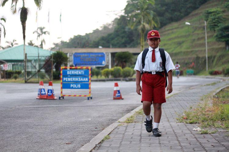 Nursaka (8), bocah SD asal Indonesia yang melintasi perbatasan Indonesia-Malaysia setiap hari demi bersekolah. Dia tinggal bersama keluarganya di di Tebedu, Malaysia, dan berangkat ke sekolah setiap hari di Entikong, Indonesia.