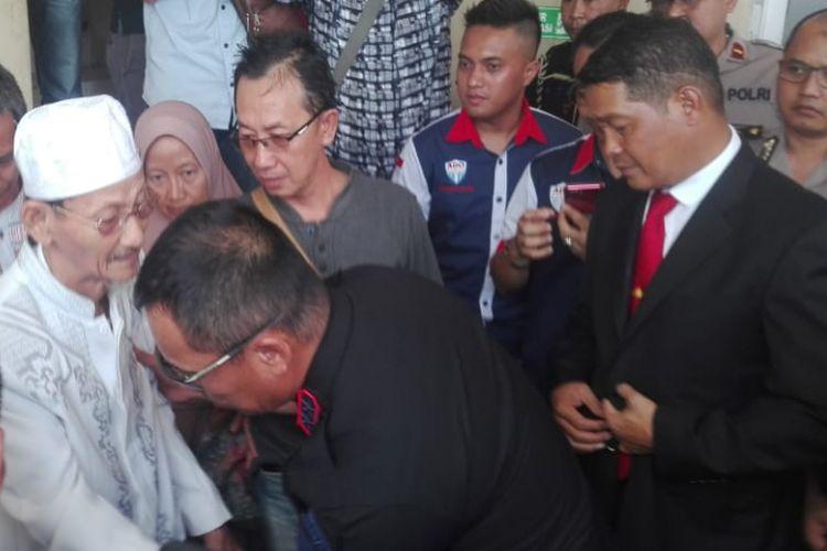 Kgs Roni (70) bapak dari Sofyan sopir taksi online yang menjadi korban pembunuhan, ketika menemui Kapolda Sumsel Irjen Pol Zulkarnain Adinegara di Rumah Sakit (RS) Bhayangkara Palembang, Rabu (14/11/2018).