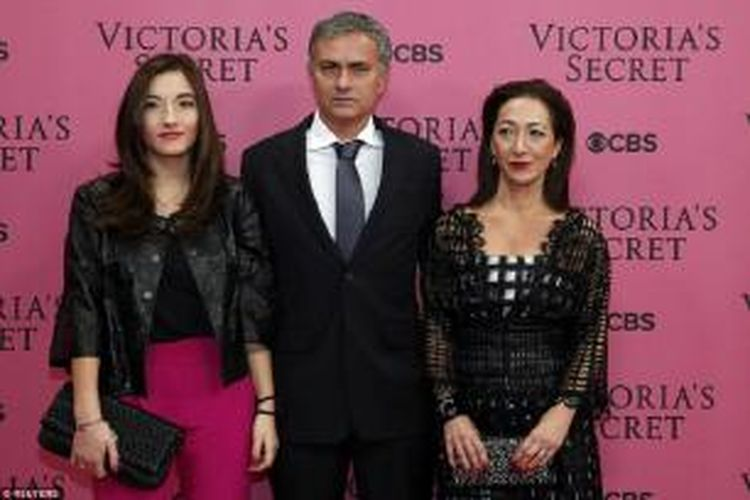 Pelatih Chelsea Jose Mourinho berfoto bersama istrinya Matilde Faria (kanan) dan putrinya Matilde (kiri), ketika tiba di Earl's Court Exhibition Centre, London, Selasa (2/12/2014) malam, untuk menyaksikan pergelaran busana koleksi Victoria's Secret.