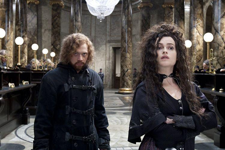 Aktris Helena Bonham Carter (kanan) sebagai Bellatrix Lestrange dan aktor Rupert Grint dalam satu adegan di film Harry Potter and the Deathly Hallows Part 2.