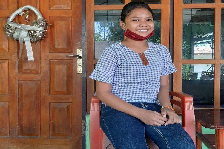Roslinda Tamo Ina di rumah keluarganya di Waingapu, Kabupaten Sumba Timur, Pulau Sumba, Nusa Tenggara Timur (NTT), Minggu (11/10/2020)..
