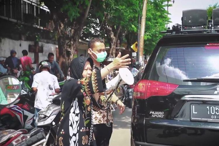 Wali Kota Surabaya Tri Rismaharini mengampanyekan pentingnya social distancing di jalanan Kota Surabaya