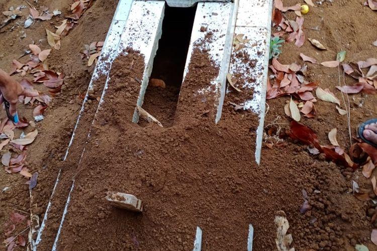 Salah satu kuburan yang dibongkar orang tak dikenal di TPU Desa Pakemitan, Kecamatan Cikatomas, Kabupaten Tasikmalaya, Rabu (13/11/2019).