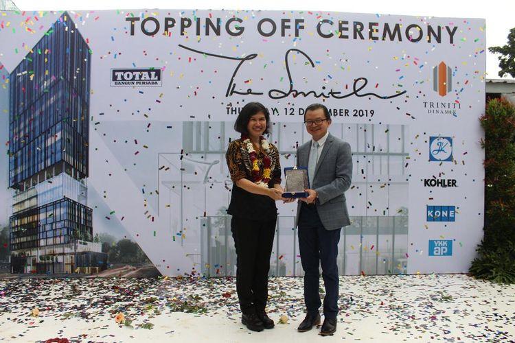 Presiden Direktur PT Triniti Dinamik Samuel S Huang memberikat plakat apresiasi kepada Presiden Direktur PT Total Bangun Persada Tbk Yanti Komadjaja saat prosesi topping off apartemen The Smith, di Tangerang, Kamis (12/12/2019).