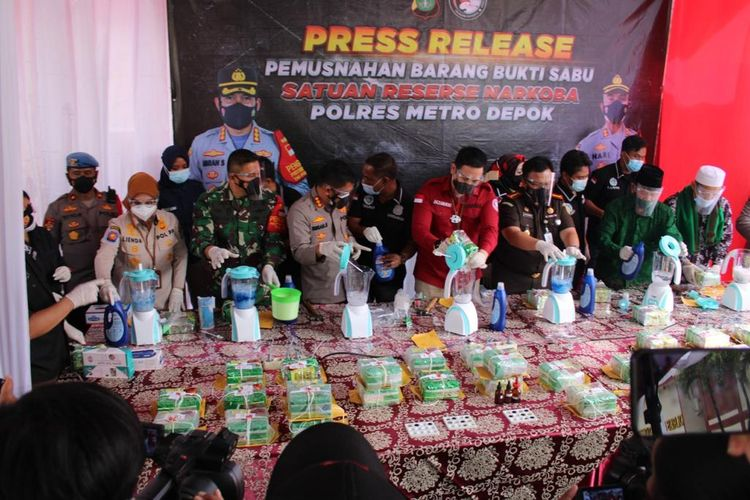 Sebanyak 44 kilogram netto sabu-sabu yang diduga hendak dipasok ke Jawa dimusnahkan Polres Metro Depok, Selasa (19/1/2021).