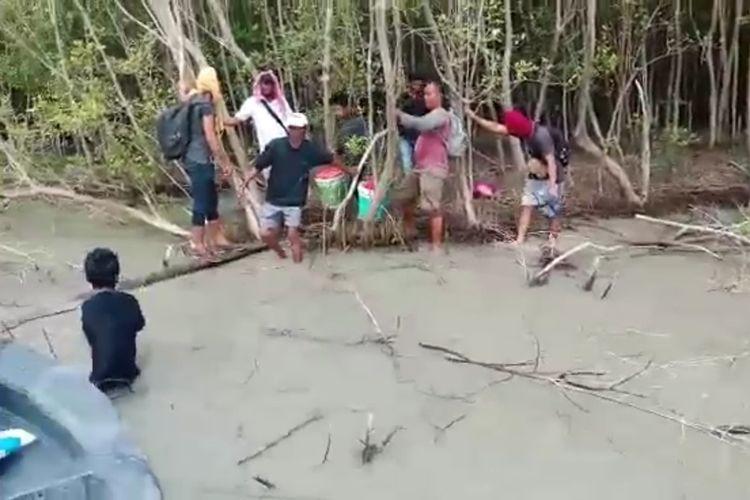 Tangkapan video memperlihatkan TKI Ilegal kesusahan naik ke kapal patroli yang menemukan mereka telantar di pinggir hutan bakau di perairan Asahan pada Jumat (1/5/2020) pagi tadi. Sebelum ditemukan, mereka 2 hari 2 malam tidak makan di tengah laut.