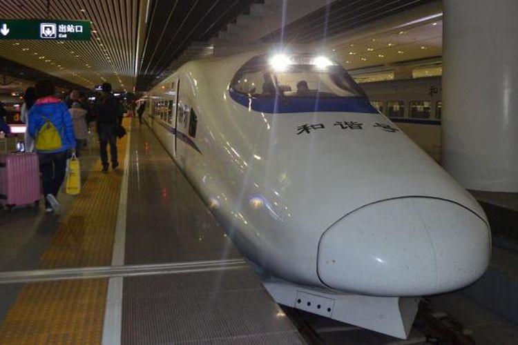 Kereta cepat China terparkir di stasiun Guangzhou, Rabu (17/2/2016)